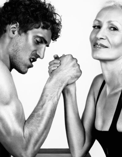 Frau und Mann bestreiten Armdruecken